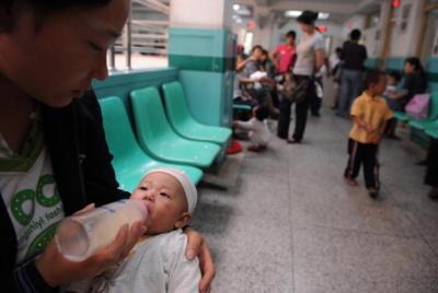 청더우(成都)의 한 병원에서 검사를 기다리는 동안 유아에게 수유하는 어머니. | 인터넷 이미지