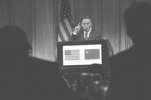 지난해 9월 워싱턴에서 열린 미중전략경제대화에서 연설중인 왕치산 부총리. 위안화 절상은 양국의 쟁점이다. | NICHOLAS KAMM/AFP/Getty Images