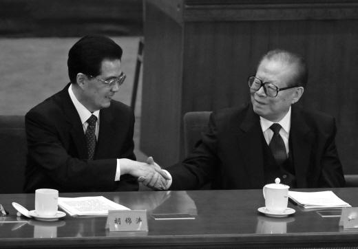 중국 공산당의 권력이양은 계파별 세력 다툼의 산물일 뿐 국민의 이익과는 무관하다. 사진은 2011년 10월 9일 중국 베이징 인민대회당에서 열린 신해혁명 100주년 기념행사에 참석한 장쩌민 전 중국주석과 후진타오 중국주석이 악수를 나누는 장면. MINORU IWASAKI/AFP/Getty Images