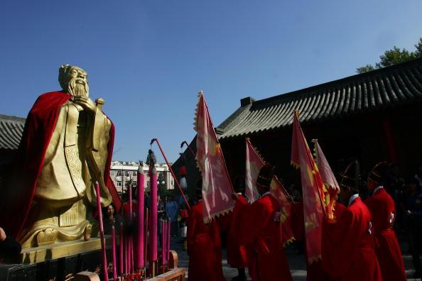 2006년9월28일,중국길림성장춘의공자사당에서개최된공자탄생2557주년기념행사모습. | ChinaPhotos/GettyImages