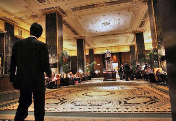 6일(월요일) 미국 뉴욕 맨해튼 월도프 아스토리아 호텔 메인 로비에 손님들이 지나가고 있다.   AP PHOTO