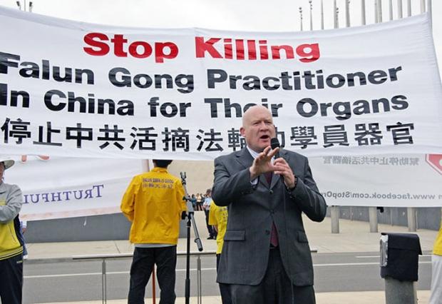 중국공산당의 양심수 생체장기적출 은폐 의혹을 파헤친 책 '학살(The Slaughter)'의 저자인 에단 구트만의 모습. 그는 2012년 오스트레일리아에서 열린 파룬궁 수련자들을 상대로 한 중공의 장기적출 중지를 촉구하는 행사에 참가했다. | EN.MINGHUI.COM 제공