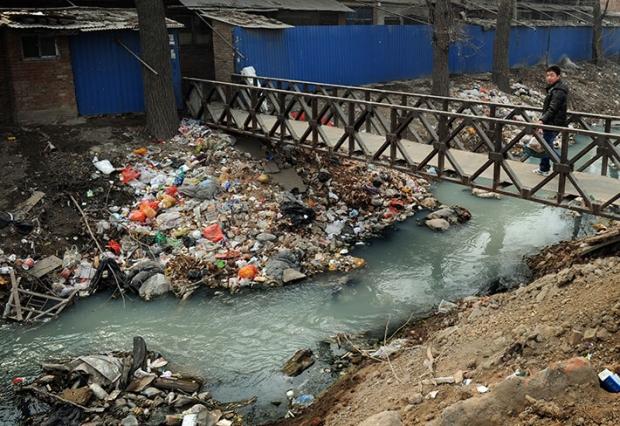 오염으로 악취가 풍기는 중국 베이징(北京) 외곽에 있는 수로. 수로에 쓰레기가 잔뜩 쌓여 있다. 2012년 3월 16일 촬영. | MARK RALSTON/AFP/GETTY IMAGES