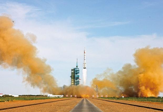 2012년 9월 12일 중국 간쑤 성에서 베네수엘라 지구 관측 위성을 실은 중국 로켓이 발사되고 있다.   Getty Images