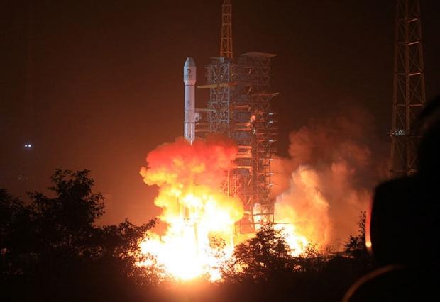 2013년 12월 2일 중국 시창 시에 위치한 시창위성발사센터에서 달탐사선을 실은 로켓이 발사됐다. 중국 정권은 위성을 파괴 또는 무력화시키도록 고안된 우주 무기들을 개발 중이다. | ChinaFotoPress/Getty Images