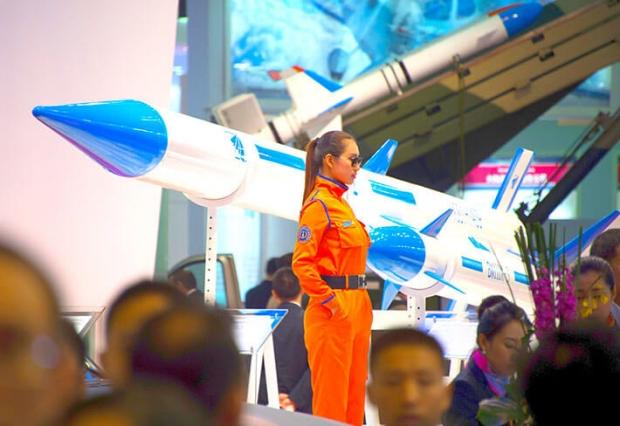 2014년 11월 13일 중국 주하이의 한 에어쇼에서 선보인 중국 미사일들.| JOHANNES EISELE/AFP/GETTY IMAGES