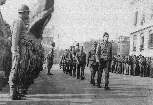 2차 세계 대전이 끝난 1945년 10월 미국 해병대가 중국 천진에서 항복한 일본군 장교들을 감독하고 있다.   U.S. MARINE CORPS