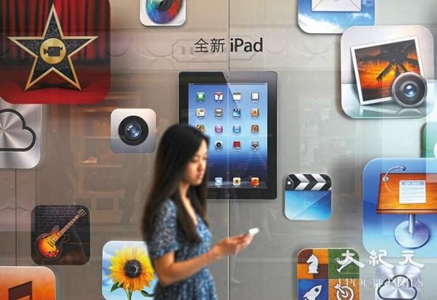 2012년상하이에서한고객이애플판매점앞을지나고있다.중국의신(新)사이버보안법으로인해애플과같은기업이통제될뿐아니라자국경제까지저해될수있는상황이다.| PeterParks/AFP/GettyImages