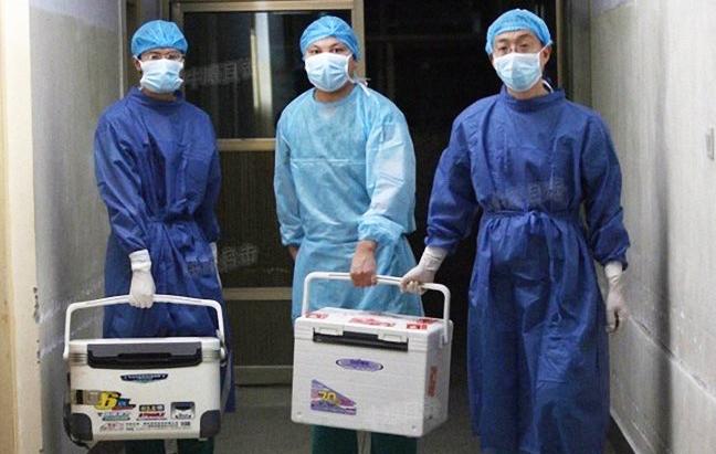 중국허난성에있는한병원에서의사들이2012년8월16일이식수술에사용할신선한장기를나르고있다. | 소후닷컴 화면 캡처