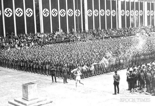 1936년 베를린 올림픽 당시 성화봉송 모습. | Ed Jones/AFP/Getty Images