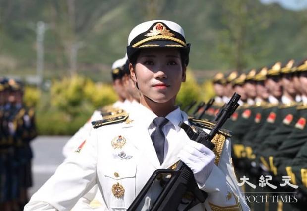 중국 인민해방군의 여성 군인이 9월 3일에 열릴 예정인 중국의 제2차세계대전 승전 70주년(항일전쟁 및 세계 반파시스트 전쟁 승전 70주년, 전승절) 기념 열병식의 예행연습에 참여하고 있다. 이 연습은 베이징 군사기지에서 2015년 8월 22일에 시행됐다. | ChinaFotoPress/Getty Images