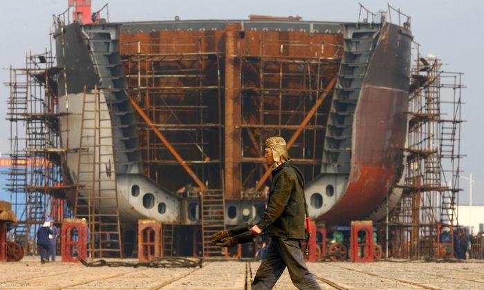 2009년 1월 12일 충칭에 있는 국영 조선소에서 작업 중인 노동자들. | China Photos/Getty Images