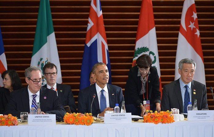 버락 오바마 미국 대통령(중앙)은 2014년 11월 10일 중국 베이징 주재 미 대사관에서 TPP 회원국 대표들과 회의를 하고 있다. 오른쪽엔 미 무역담당 대표인 마이크 프로먼이, 왼쪽엔 리센룽 싱가포르 총리가 앉아 있다. | Mandel Ngan/AFP/Getty Images