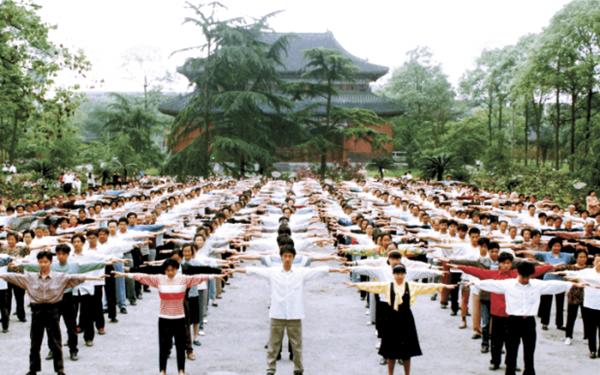 1999년중국공산당이파룬궁을탄압하기전,중국에서파룬궁수련자들이단체로공법을연마하고있다.   밍후이왕