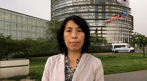 류웨이는 파룬궁을 수련한다는 이유로 중국에서 수차례 불법적으로 감금된 기간 5차례나 신체검사를 받았다. 그녀는 가족 병력이 있다는 이유로 간신히 악운을 피했다. | 명혜망