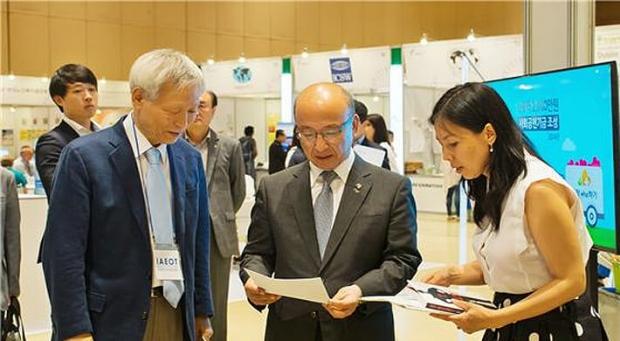 6월 28일, 이승원 IAEOT(국제장기이식윤리협회) 회장(왼쪽)과 DAFOH(장기적출을 반대하는 의사 모임) 아시아 간호사 코디네이터 이은지(오른쪽)씨가 서울 코엑스 '세계사회복지대회' 현장에서 문형표 국민연금공단 이사장에게 중국의 강제 장기적출 실태를 설명하고 있다. | 에포크타임스
