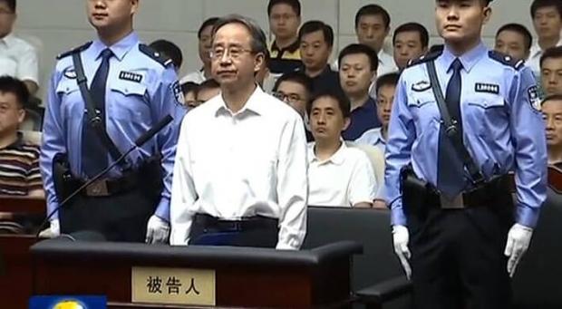 링지화(令計劃·60)전통일전선공작부장이무기징역을선고받았다.사진은6월7일,톈진(天津)시제1중급인민법원에서재판을받고있는링전부장의모습. | CCTV화면