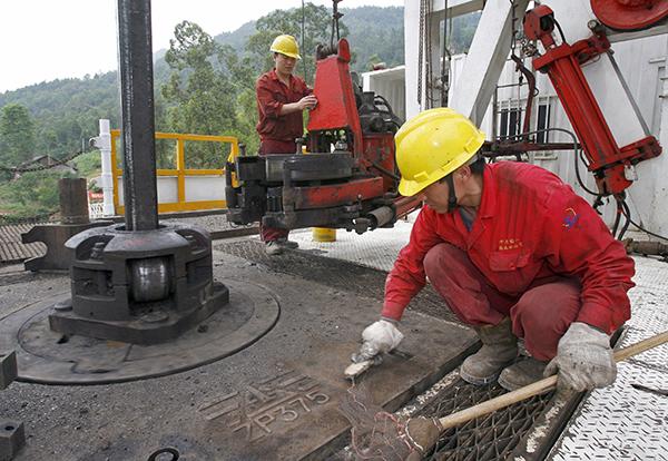 세계적으로천연가스공급이과잉상태로수익이하락하고있지만,시노펙은자산매각으로셰일가스추출분야를위해자금을마련하고있다.사진은쓰촨성리산에서작업중인시노펙노동자들.| AFP/GETTYIMAGES
