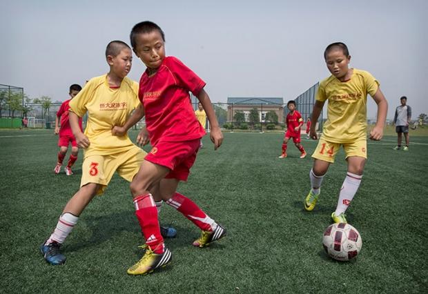 중국어린이들이광둥성헝다국제축구학교에서경기를하고있다.중국당국은중국축구의글로벌입지를향상시키기위해전국에2만개가넘는축구학교를세울계획이다. | GettyImages