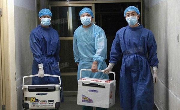 중국 허난성에 있는 한 병원 의사들이 2012년 8월 16일 이식 수술에 사용할 장기를 나르고 있다.   Screenshot/Sohu.com
