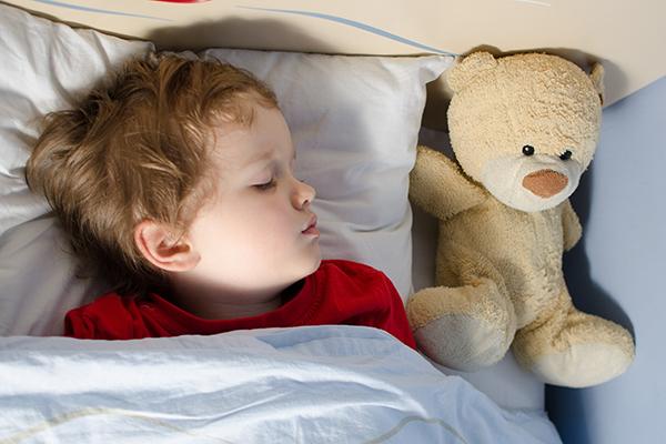 잠이 부족한 아이들은 호르몬 균형에 변화를 겪었고 그로 인해 식성과 신진대사에 문제가 생긴다.   Shutterstock