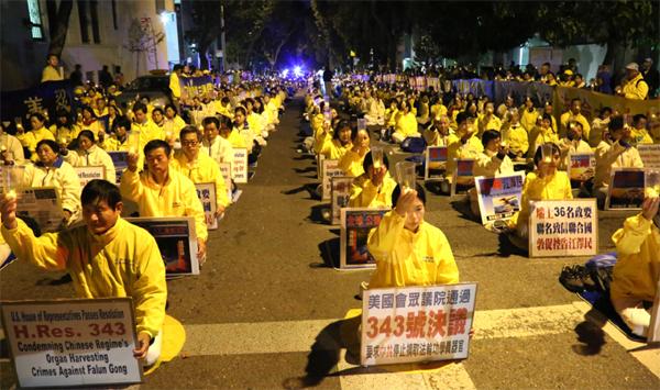 10월 22일, 세계 각지에서 온 파룬궁 수련자들이 미국 샌프란시스코 주재 중국영사관 앞에서 대규모 촛불집회를 열었다. | 에포크타임스