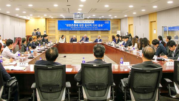 국제장기이식윤리협회(IAEOT)와 김관영 의원(국민의당) 공동 주최로 열린 '생명존중에 대한 윤리적 가치 공유'를 위한 포럼이 13일 저녁 국회 의원회관에서 열렸다.   전경림/에포크타임스