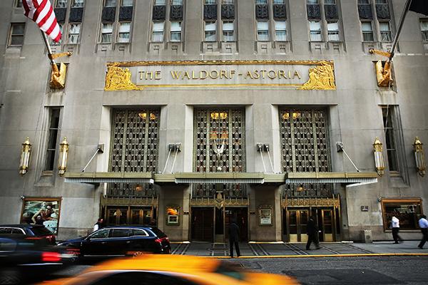 중국의안방보험그룹은미국전역에서16개의호화특급호텔들을65억달러(7조3,833억원)에구매했다.사진은2014년안방보험그룹이인수한미국뉴욕의월도프아스토리아호텔.| Getty Images