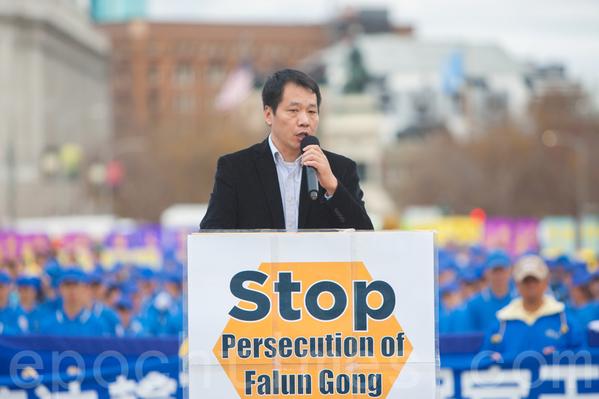 2016년10월25일파룬궁수련자들은샌프란시스코시청광장에서대형집회를개최했다.사진은발언중인미국민주대학(民主大學)총장탕보차오(唐柏橋). | 에포크타임스