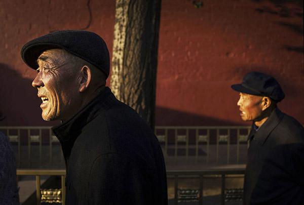중국 정부는 저금리로 인해 연기금 투자 수익률이 저조해 정부 근로자들의 퇴직 연령 시점에 연금을 제공하지 못할 수도 있다. 사진은 베이징 거리를 걸어가고 있는 노인들. | Getty Images