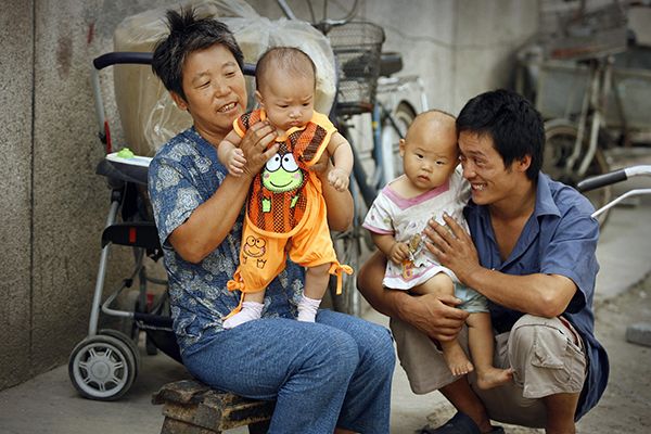 오랫동안 산아제한정책을 실시해온 중국에서는 여자아이를 감추는 현상은 아주 일반적이다.   AFP/GETTY IMAGES