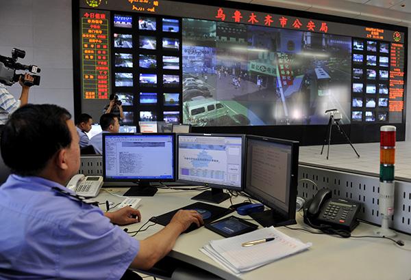 홍콩 동망(東網)은 중국 공안이 CCTV로 시민들을 무작위 감시하고 있다고 비난하며 장쩌민 부자와 금순공정(金盾工程)을 이 같은 현상의 주범으로 지목했다. | AFP/GETTY IMAGES
