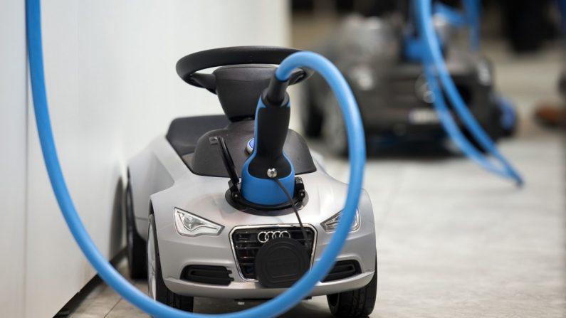 BMW그룹·다임러 AG·폭스바겐그룹·아우디·포드자동차는 이달 유럽 전역에 고속 전기차 충전 네트워크를 구축한다. 사진은 아우디 미니어처 전기차가 충전하는 모습. | AFP/GETTY IMAGES