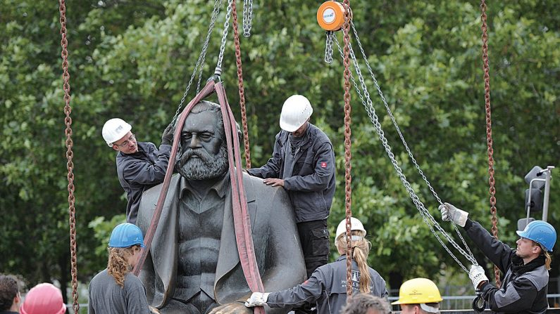 2010년 베를린의 노동자들이 마르크스 조각상을 옮기고 있다. | Getty Images