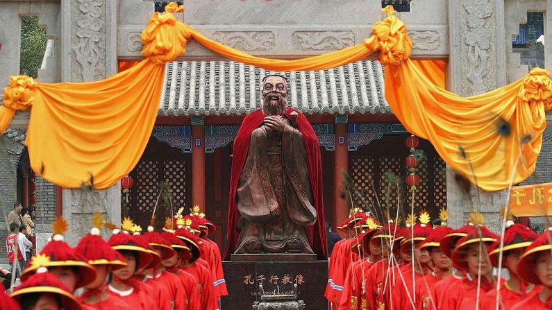 2005년 9 월 25 일, 중국 길림성 장춘의 공자 사당에서 개최된 공자 탄생 2556주년 기념 행사 모습. | Getty Images