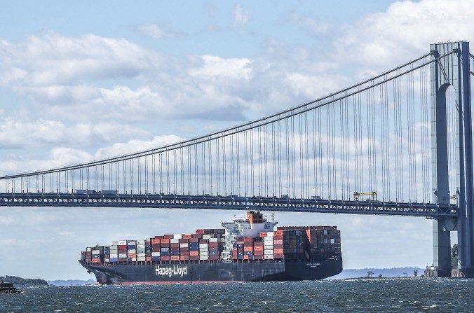 가득 적재한 화물선이 뉴욕항을 출항하고 있다. | Getty Images