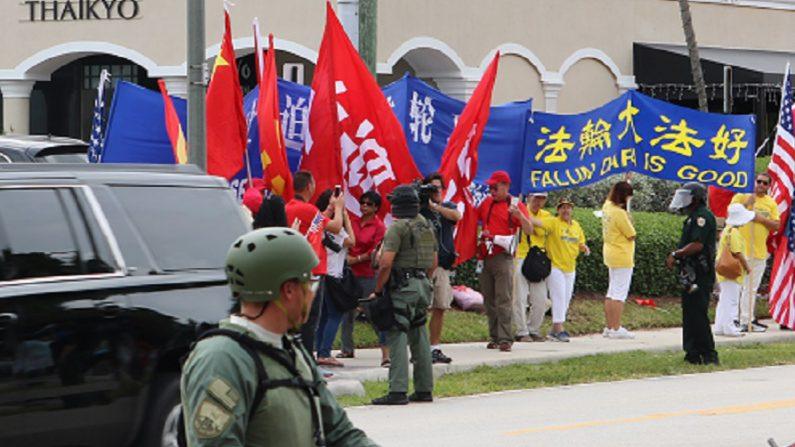 지난 시진핑-트럼프 정상회담 기간, 중국 공산당 영사관은 대량의 '환영군중'을 조직해, 파룬궁 수련자들의 청원 현수막을 가리려 했다. | 에포크타임스 DB