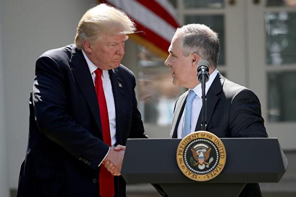 6월 1일 트럼프 대통령과 프루이트 환경보호국 국장이 악수하고 있다. | Getty Images