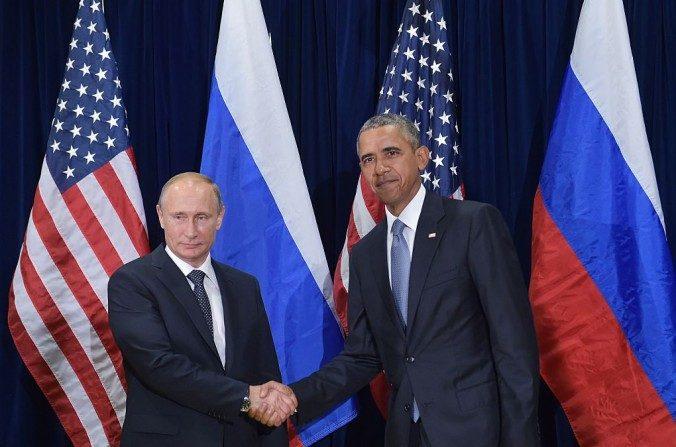 오바마 대통령과 푸틴 러시아 대통령이 2015년 9월 28일 뉴욕 유엔본부에서 개최된 제 70차 유엔 총회 의장에서 악수하고 있다.  MANDEL NGAN/AFP/Getty Images