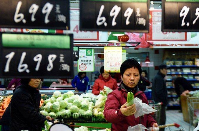 한 소비자가 저장성 항저우의 슈퍼마켓에서 채소를 고르고 있다. | AFP/Getty Images