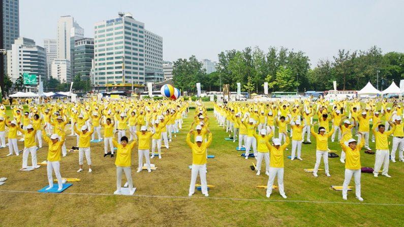 전국에서모인파룬궁수련자500여명이2장공법을선보이고있다.(사진=김국환기자)