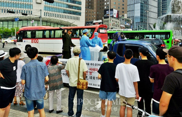 한국 파룬궁 수련자들이 중국에서 진행되고 있는 강제장기적출에 대한 상황을 직접 시연하고 있다. | 전경림/에포크타임스