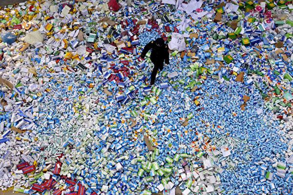 중국은세계최대가짜약품생산국중하나다.사진은중국약품감독국이베이징에서압수한50여톤의가짜약품을집중적으로소각하고있다.   STR/AFP