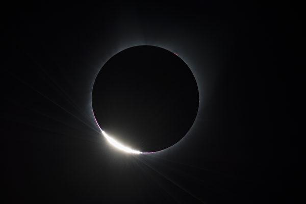 오리건 주 Madras 시 개기일식 후 나타난 다이아몬드 링(Diamond  Ring).| Aubrey Gemignani/NASA via Getty Images