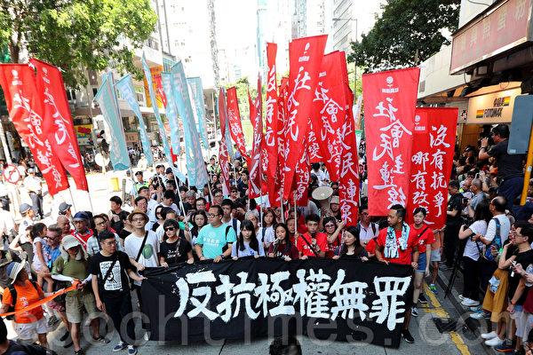 홍콩에서20일(현지시간)오후,시위를주도한전학생리더에게내린판결에항의해약10만명의시민들이거리에나와시위를벌였다. | 리이(李逸)/에포크타임스