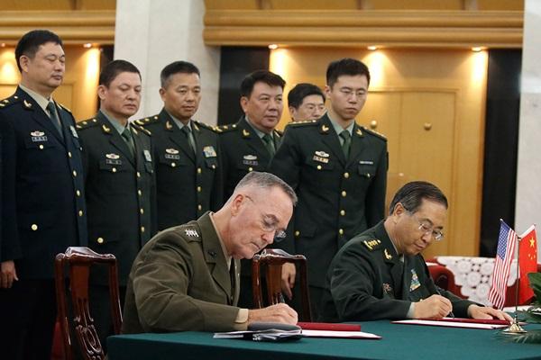 2017년 8월 15일, 중국을 방문한 조지프 던포드(Joseph Dunford) 미국 합참의장과 중국군 전 연합참모부 참모장 팡펑후이 상장이 양국군 수뇌부의 '소통강화' 합의서에 서명하고 있다. | Getty Images