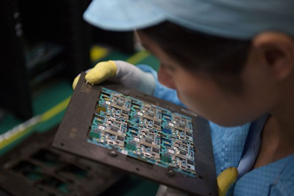미국 트럼프 정부가 중국의 지식재산권 문제에 대해 '301 조사'를 시작했다. 이번 조사는 11월 중국 방문을 위한 사전작업인 것으로 보인다. 사진은 둥관(東莞)의 한 노동자가 휴대폰의 전자회로를 살펴보고 있다. | NICOLAS ASFOURI/AFP/Getty Images