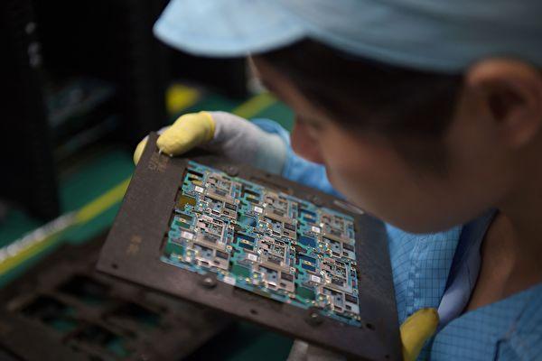 미국 트럼프 정부가 중국의 지식재산권 문제에 대해 '301 조사'를 시작했다. 이번 조사는 11월 중국 방문을 위한 사전작업인 것으로 보인다. 사진은 둥관(東莞)의 한 노동자가 휴대폰의 전자회로를 살펴보고 있다.   NICOLAS ASFOURI/AFP/Getty Images