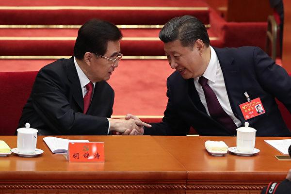 중국 공산당 제19차 전국대표대회가 18일부터 베이징에서 열렸다. 사진 속 시진핑(習近平) 중국 국가주석(오른쪽)은 19차 당대회 업무보고를 발표한 뒤 주석대(主席台)로 돌아와 후진타오(胡錦濤) 전 주석과 악수를 하고 있다. | Lintao Zhang/Getty Images