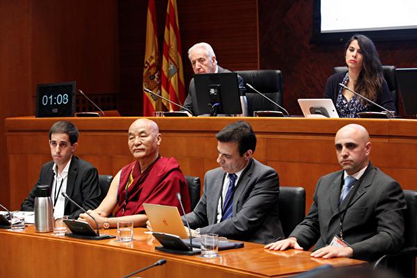 청문회 현장 사진. 앞줄 맨 왼쪽부터 페르난도 로메오(Fernando Romeo) 사라고사 대학교(University of Zaragoza) 졸업생, 툽텐 왕첸(Thubten Wangchen) 티베트 대표, 카를로스 이글레시아스(Carlos Iglesias) 인권변호사이다.   에포크타임스